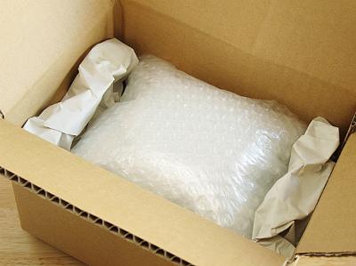 【3】新品の段ボール箱に梱包材を敷きつめて商品を入れます。